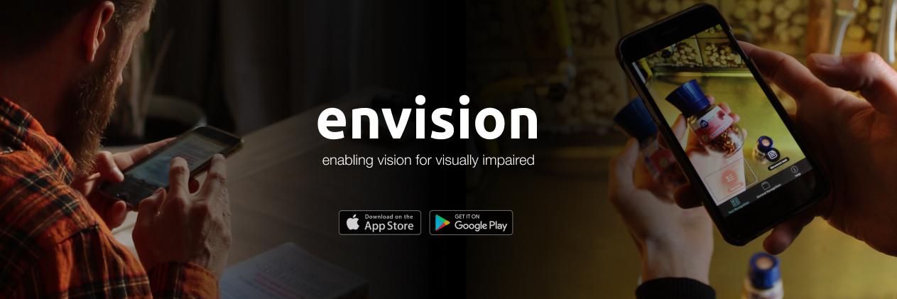 Envision AI Banneri: sol tarafta metin tanımlaması yapan bir kişi, sağ tarafta barkod tanımlayan bir kişi, ortada Envision logosu, alt tarafta ise AppStore ve GooglePlay simgeleri.